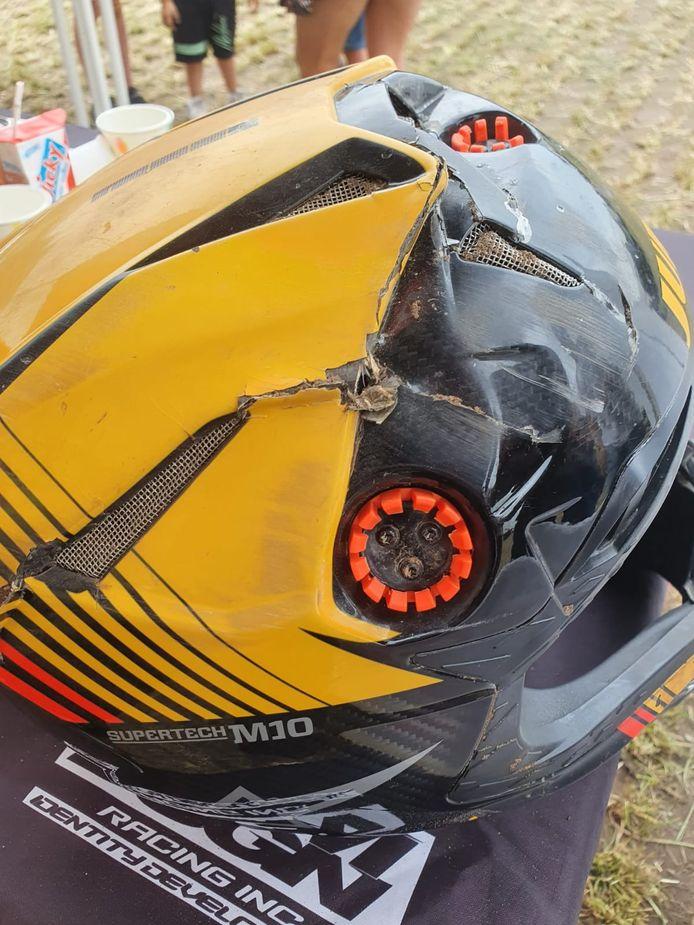 De helm van Etienne Bax was total loss na de crash in Oldebroek.