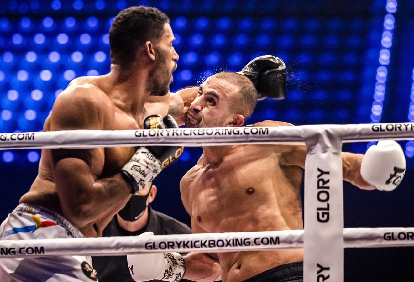 Kickbokser Badr Hari (rechts) in de ring tijdens de Glory-wedstrijd tegen de Roemeen Benjamin Adegbuyi.