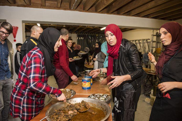 Vrijwilligers bereiden een rundstoofschotel voor de 600 feestvierders.