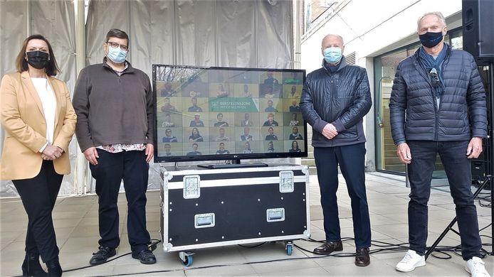 Van links naar rechts: Gretel Ghyselinck, Hans Rombouts, Marc Dex en Erik Goris tonen de videoclip op het scherm.