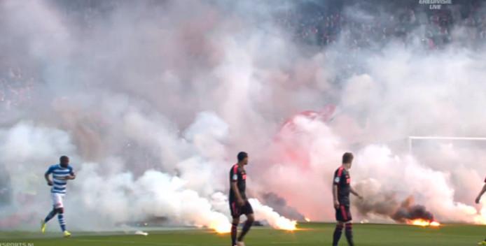 Vuurwerk op het veld tijdens de bekerfinale. Foto: Twitter/433LIVE