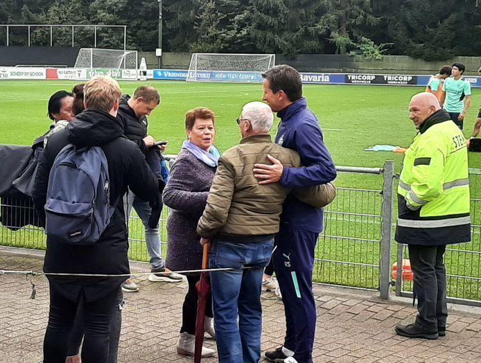 Roger Schmidt gaat op de foto met fan Gerrit Kuijpers (76).