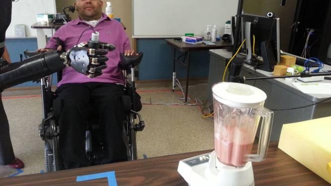 Man bestuurt robotarm met brein en drinkt een biertje