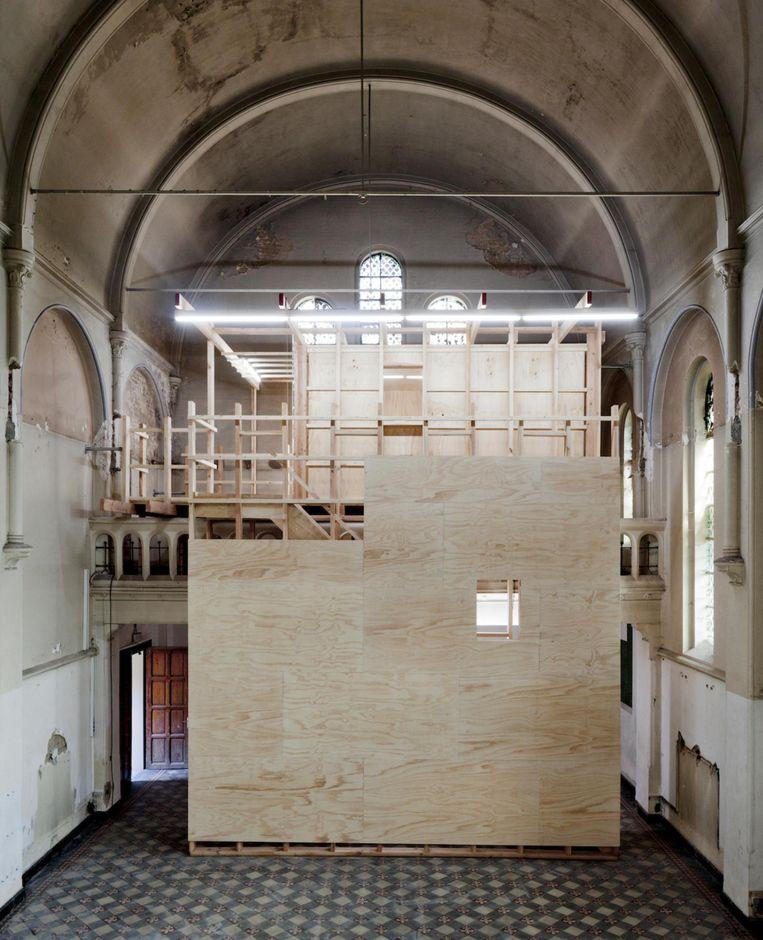 In de kapel is een houten module met slaapkamers voor de kunstenaars gebouwd.