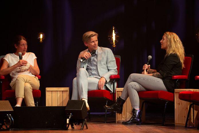 Ernst van der Pasch en Margreet Pereboom met elkaar in gesprek op het toneel.