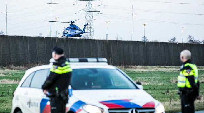 Een politiehelikopter vertrekt van de binnenplaats van de gevangenis.