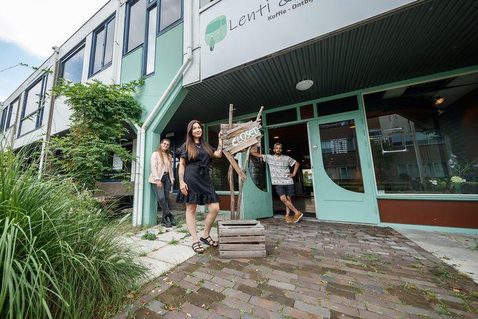 In een oud kantoorpand in Etten-Leur mochten jonge ondernemers een tijd lang tegen gunstige voorwaarden hun bedrijfjes vestigen. Dit project heette X-EL en loopt ten einde; het pand loopt nu leeg en wordt binnekort gesloopt. In beeld drie van de jonge ondernemers:  communicatiedeskundige Naomi Braspenning, schoonheidsspecialiste Sunseeree Risher en graffiti- en danskenner Mike Kewaldar.