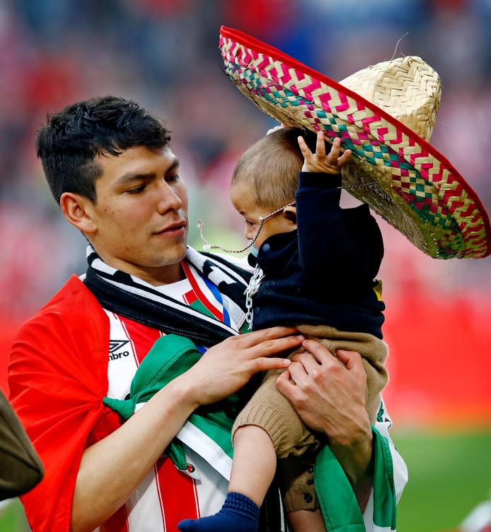 Hirving  Lozano met zijn zoontje.