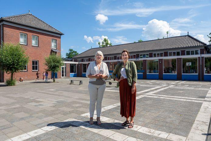 Huidige directrice Lia Vermeulen (links) van basisschool Jacinta heeft de aanstaande verbouwing mee voorbereid, haar opvolgster met ingang van komend schooljaar, Desi Arps, gaat het hele proces meemaken.