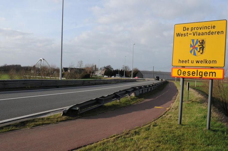 Gezien vanuit Zulte: de provinciegrens en enkele honderden meters verder de brug (links in beeld).