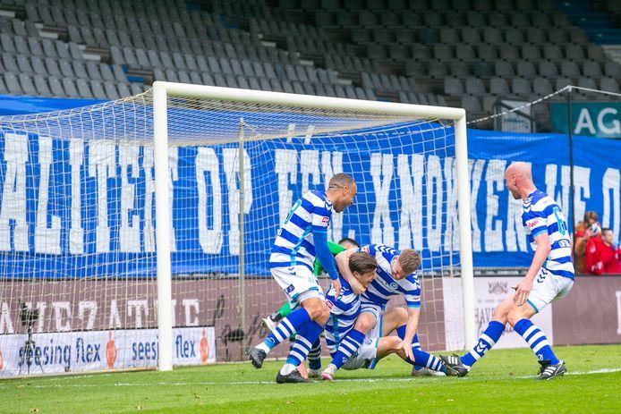 Dolle vreugde bij De Graafschap na de treffer van Jesse Schuurman tegen Go Ahead Eagles.