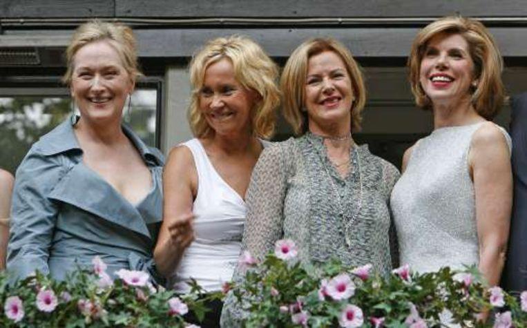 Agnetha Faltskog (tweede van links) en Anni-Frid Lyngstad (tweede van rechts) naast Meryl Streep (l) en Christine Baranski. Beeld UNKNOWN