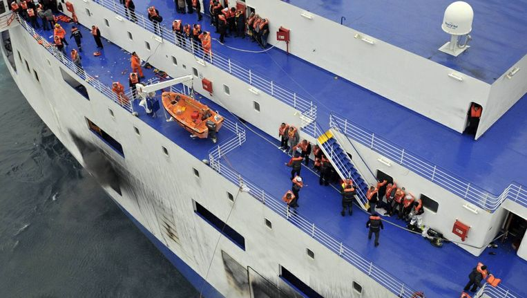 Achtergebleven passagiers op de veerboot van de Norman Atlantic. Beeld reuters