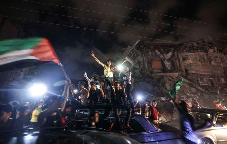 Palestijnen in Gaza-Stad vieren het staakt-het-vuren met Israël. Hamas claimde het na Egyptische bemiddeling bereikte bestand meteen als een overwinning.  Beeld Mahmud Hams / AFP