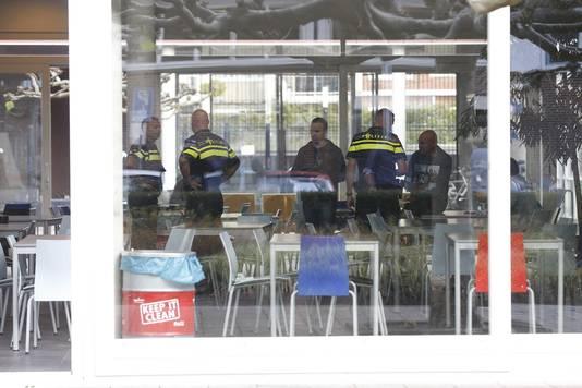 Politieagenten in het gebouw van het Corbulo College in Leidschendam-Voorburg.
