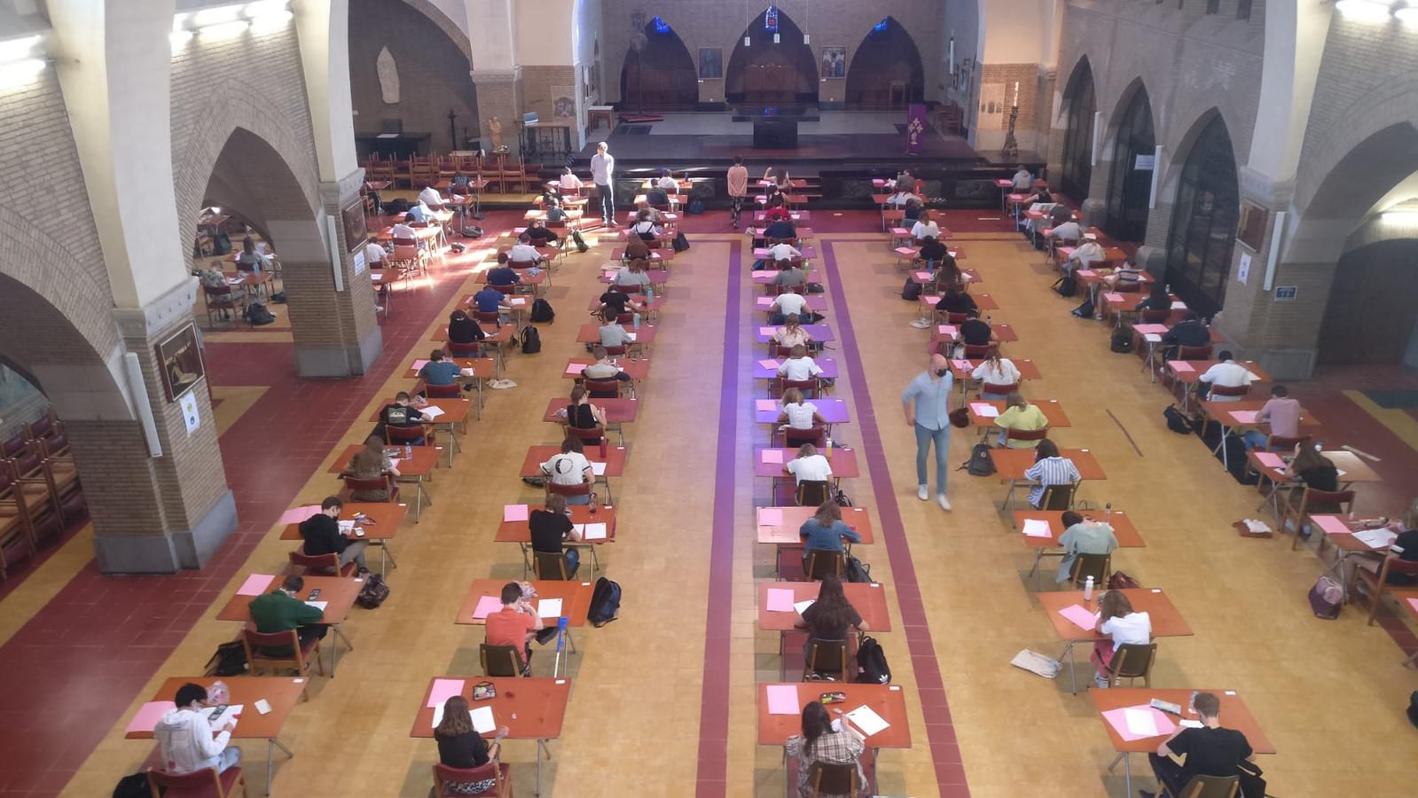 Leerlingen van het College leggen examens af, onder meer in de Don Boscokerk.