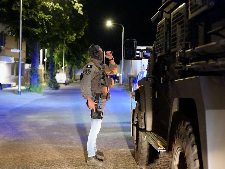 Arrestatieteam valt met pantservoertuig gebouw in Tilburg binnen