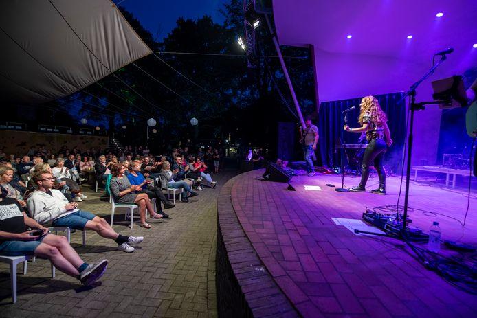 Marieke Dollekamp & Friends, zaterdagavond tijdens het Berkelfestival in het openluchttheater in Eibergen.