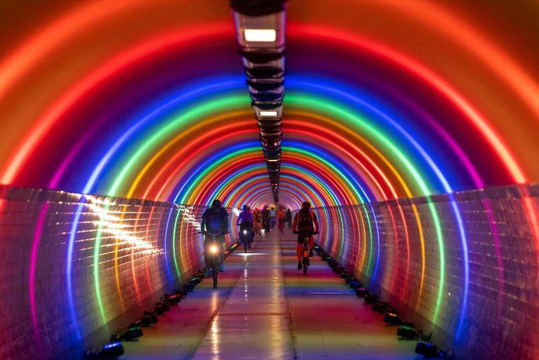 De voetgangerstunnel lokte een massavolk dankzij de regenboogkleuren