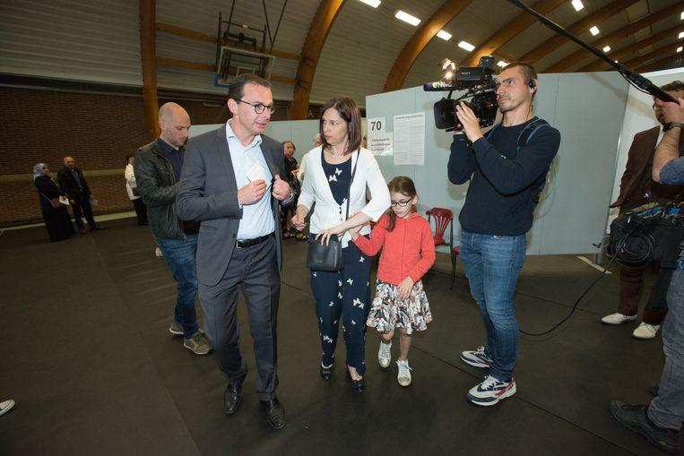 Wouter Beke gaat stemmen in Leopoldsburg  Met vrouw Leen en dochter Nette