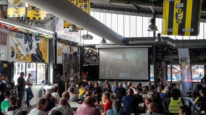 Vitesse-fans kijken naar de wedstrijd om de Johan Cruijffschaal.