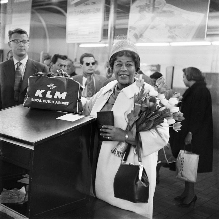 De Amerikaanse jazzzangeres Ella Fitzgerald komt op 11 april 1959 aan op Schiphol. Beeld MAI / KLM foto Historisch Archief
