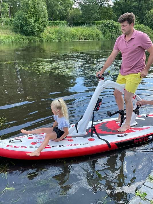 Henk van Buuren probeert de fietssup met zijn dochtertje uit.