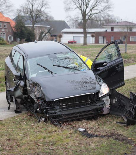 Auto rijdt bij Oudleusen tegen een boom, bestuurster naar ziekenhuis gebracht