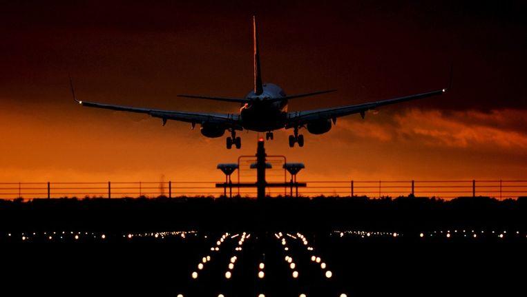 Een vliegtuig landt op Berlin Brandenburg Airport (BER). Beeld epa