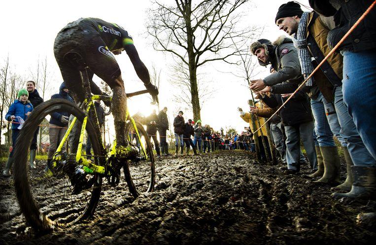 Sven Nys in actie tijdens de Kasteelcross van Zonnebeke. De 39-jarige Belg is bezig aan zijn afscheidstournee en is nog nooit zo populair geweest. Beeld Klaas Jan van der Weij