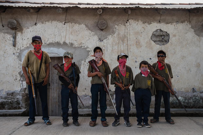 De groep kinderen die wapentraining volgt in Ayahualtempa, bestaat uit 30 jongens. De oudste is 17, de jongste 9.  Beeld Ariana Drehsler