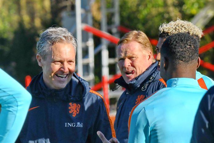 Jan Kluitenberg uit Apeldoorn in actie als fysiektrainer bij Oranje, met bondscoach Ronald Koeman.
