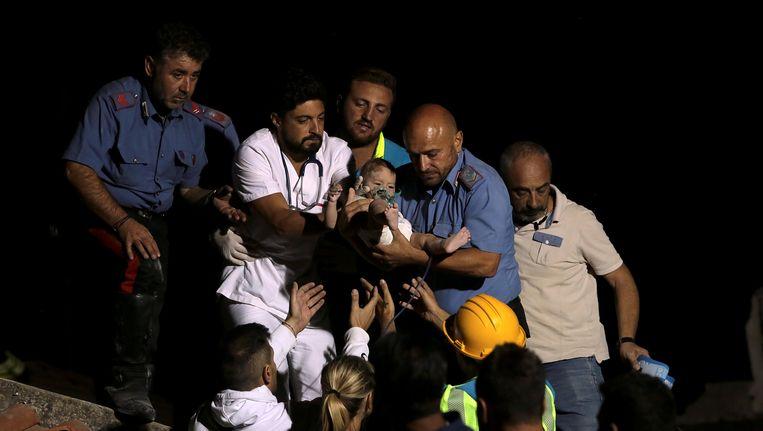 De zeven maanden oude Pasquale kon na zeven uur gered worden Beeld reuters