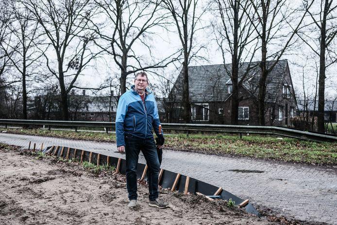 Gerard Holleman op de plek waar de nieuwe verzorgingsplaats voor vrachtwagenchauffeurs moet komen. Op de achtergrond zijn woonhuis plus varkensbedrijf.