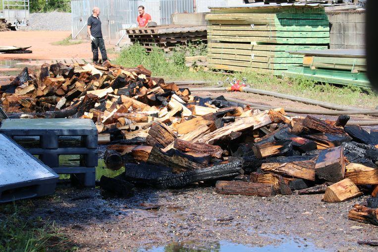 Het hout werd uit de kisten gehaald om goed te kunnen blussen.
