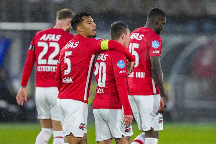 Wijndal (met aanvoerdersband) viert de 1-0 met doelpuntenmaker Clasie.