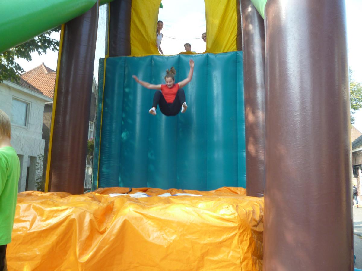 Springen tijdens kinderboulevard in Schijndel