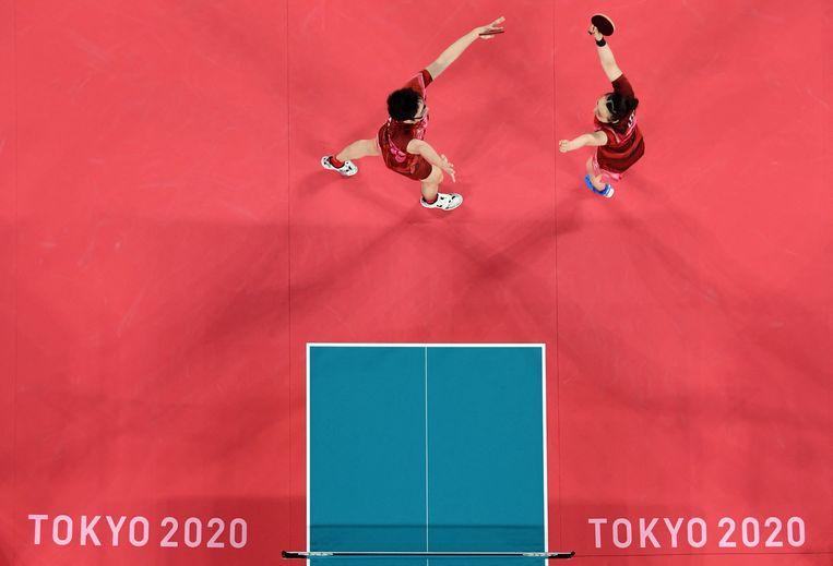 Jun Mizutani (L) and Mima Ito vieren hun overwinning. Beeld AFP