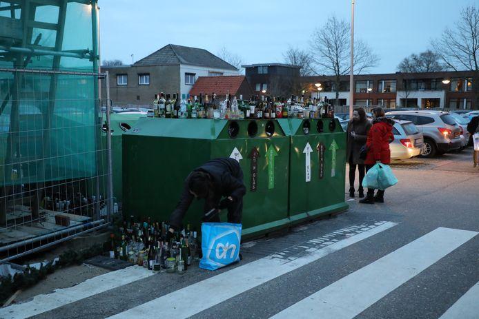Er komen nog steeds nieuwe lege flessen bij. Kaatsheuvel glasbak