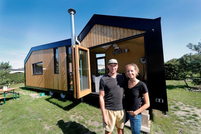 Corné en Mirjam Looij wonen sinds juni in hun tiny house in Ouddorp. Hier kunnen ze de dingen doen die ze echt belangrijk vinden.