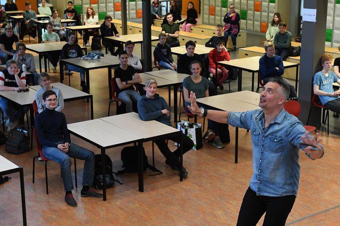 Guido Weijers, dinsdagmiddag even terug op zijn oude school in Boxmeer met een masterclass over geluk.