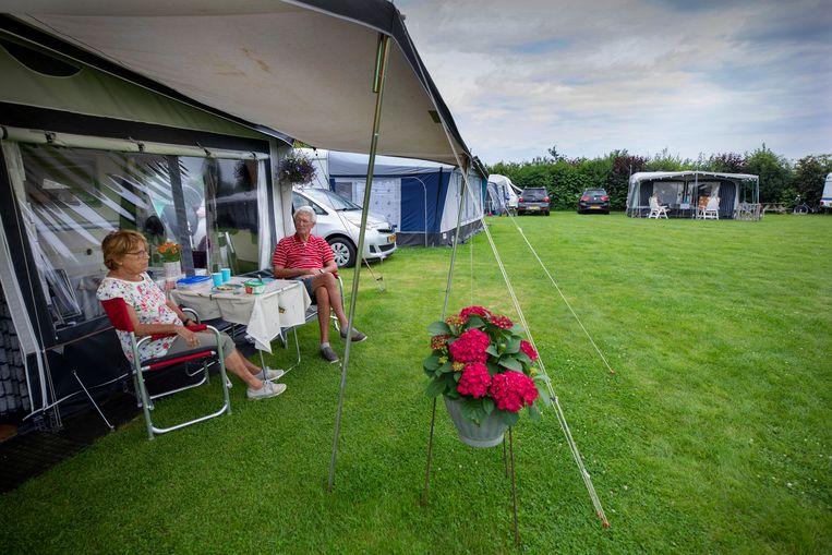 Henny en Aart Van Dalen staat al 17 jaar met hun caravan op camping De Grebbelinie in Renswoude. Beeld Werry Crone