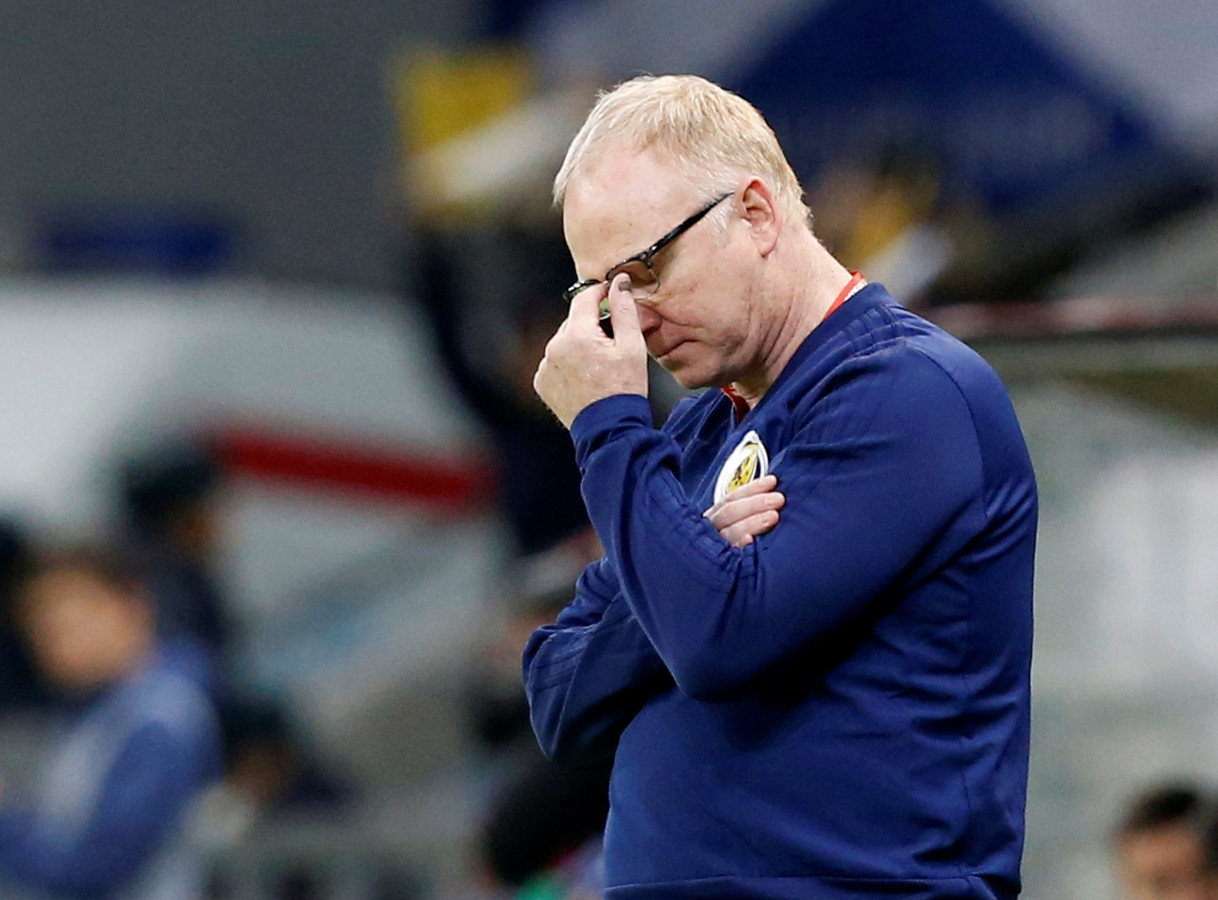 Alex McLeish kan het niet geloven dat zijn ploeg met 3-0 onderuit gaat in Kazachstan.