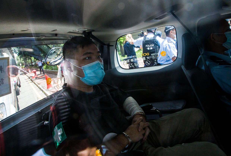 Tong Ying-Kit komt aan bij de rechtbank. In tegenstelling tot wat gebruikelijk is in de Hongkongse rechtspraak was er geen jury aanwezig. Beeld Getty