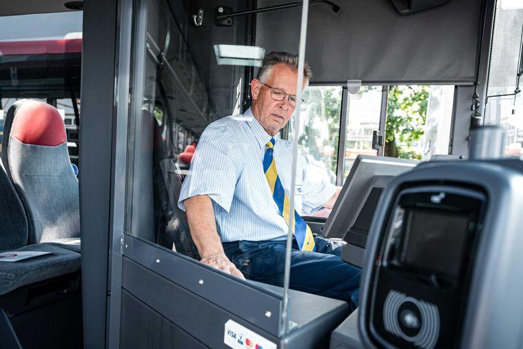 Een kuchscherm in een bus in Eindhoven. Het woord 'kuchscherm' zou wel eens het woord van het jaar kunnen worden.  Beeld ANP