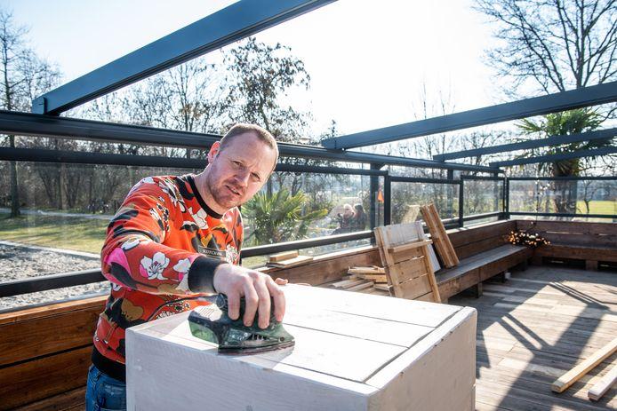 Martin Kalkhoven pleegt onderhoud aan het terras van zijn restaurant Wet'n Wild in Alphen aan den Rijn. Hij deed niet mee aan de actiedag op horecaterrassen te openen uit protest tegen de lockdown.