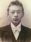 Titus Brandsma op 12-jarige leeftijd. Het was 1893 en hij zat net in zijn eerste jaar op het gymnasium in Megen. Deze foto siert ook de voorkant van het boek over zijn leven met de titel 'De Oostnevel'.