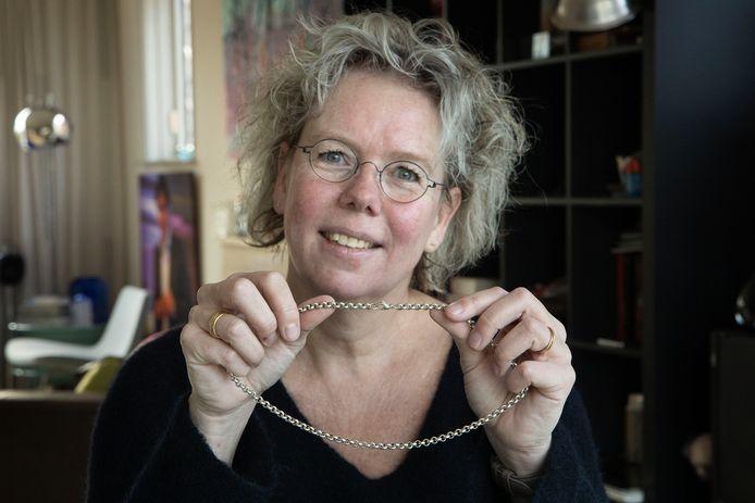 Aline Zwierstra uit Eindhoven heeft haar gestolen ketting na zes jaar terug. Ze zoekt nu naar de zeven Elfstedenkruisjes die eraan hingen.