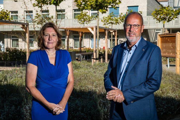 Desiree Creemers, voorzitter van de Raad van bestuur van het Deventer Ziekenhuis en Jan Griepink, lid Raad van Bestuur van Carinova en voorzitter van Salland United.