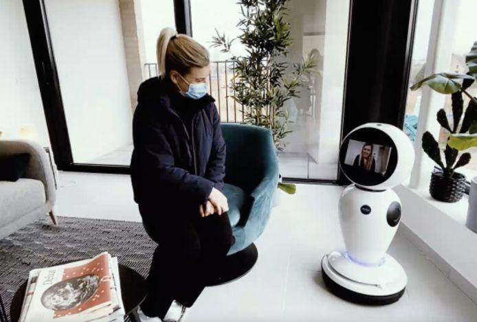 Via het scherm van de robot spreekt de makelaar je vanop afstand toe.